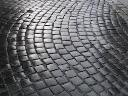Может ли бетонная брусчатка заменить натуральную?