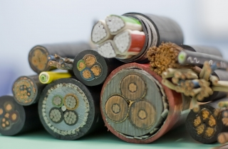 kabeli-i-provoda-v-domashnej-provodke