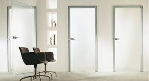 Основные преимущества дверей из стекла
