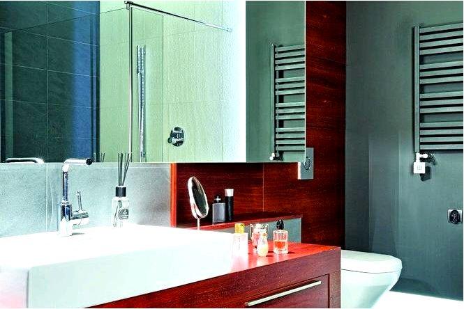 Обустройство ванной серая и дерево в ванной