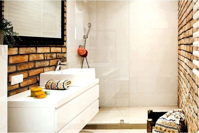 Обустройство ванной комнаты с идеей кирпича на стене