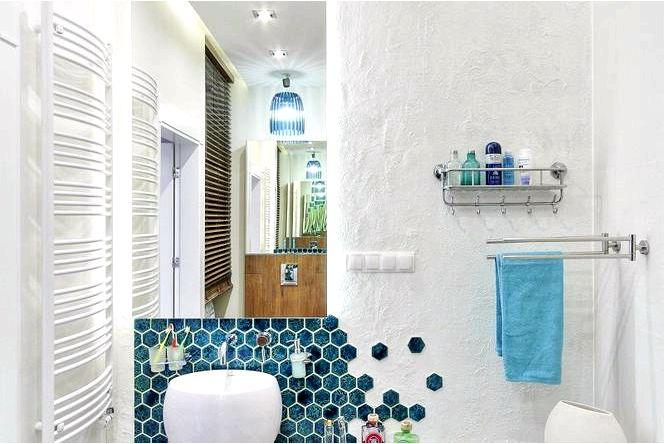 Обустройство ванной комнаты фактурной штукатуркой и бирюзовой плиткой в виде сот