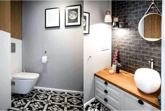Обустройство маленького туалета геометрической мозаикой в интерьере