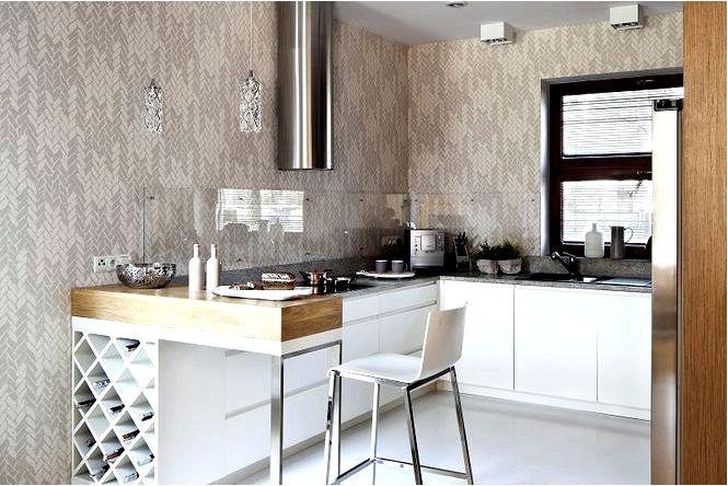 Уютный кухонный гарнитур с обоями в светлых тонах