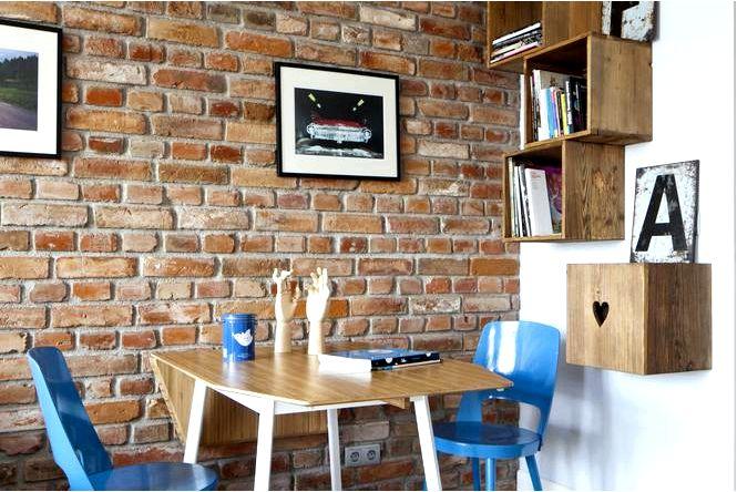 Лестничное оформление гостиной, синий цвет и цветочные мотивы, т.е. модная гостиная в современном стиле
