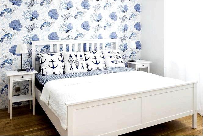 Обустройство спальни в морском бело-голубом стиле