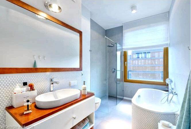 Ванная комната в белом цвете и дереве