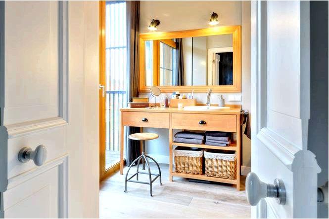 Ванная комната в скандинавском стиле из дерева и светлых тонов