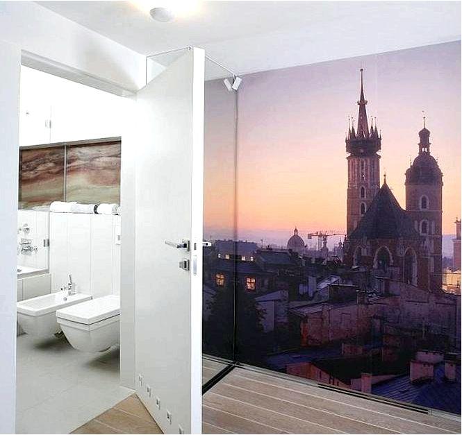 Ванная комната с мраморной стеной