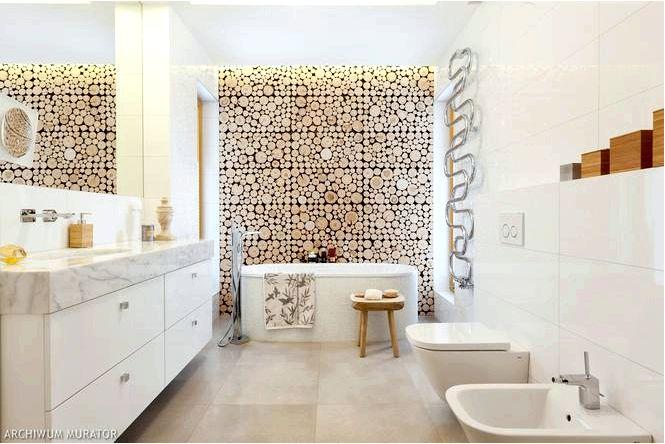 Белая ванная комната с деревянной стеной — лесная тематика в дизайне интерьера