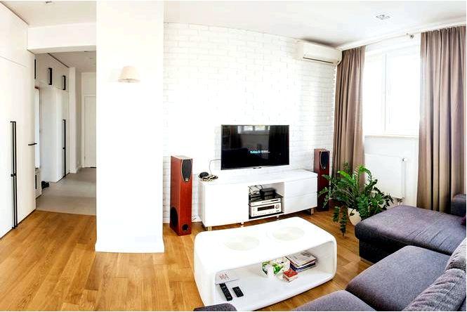 Белый кирпич на стене в квартире
