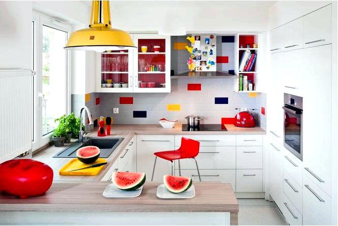 Белая кухня с островом — фото удачный дизайн красочной кухни