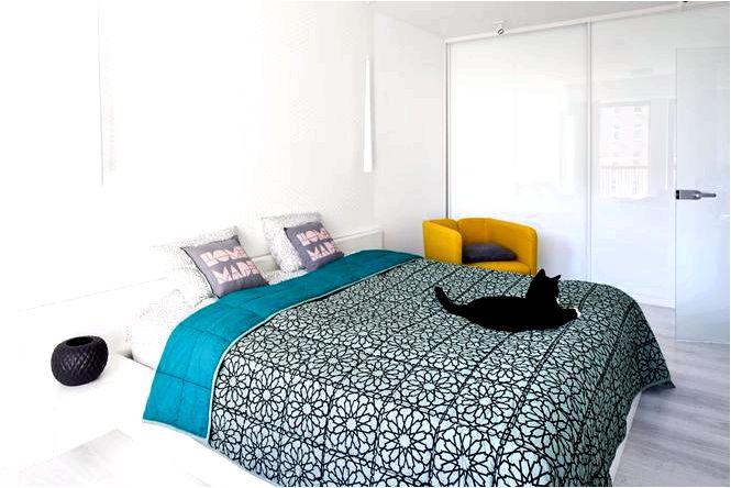 Белая спальня с цветом однотонности с акцентом в обустройстве спальни