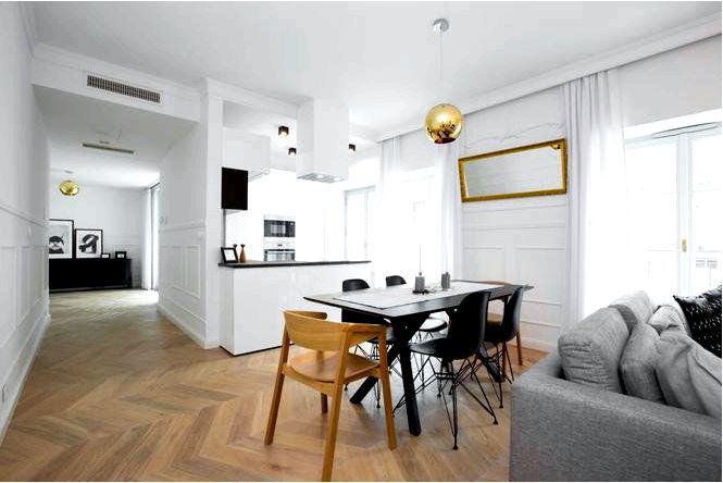 Белый интерьер современной квартиры в старом многоквартирном доме