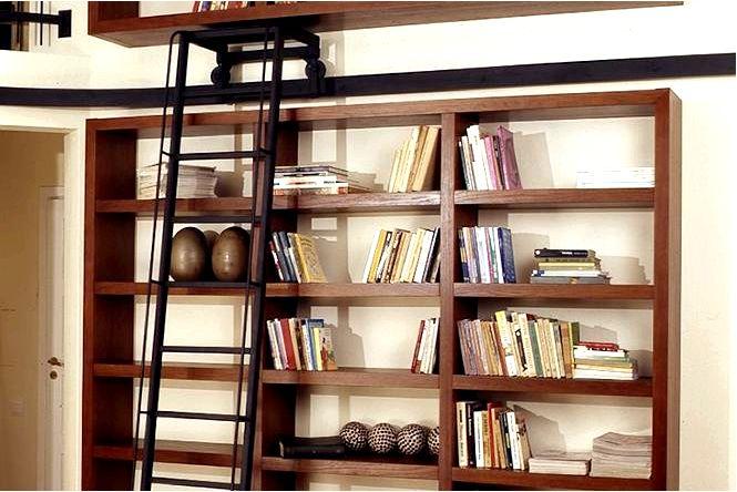 Собственная библиотека с нестандартной мебелью