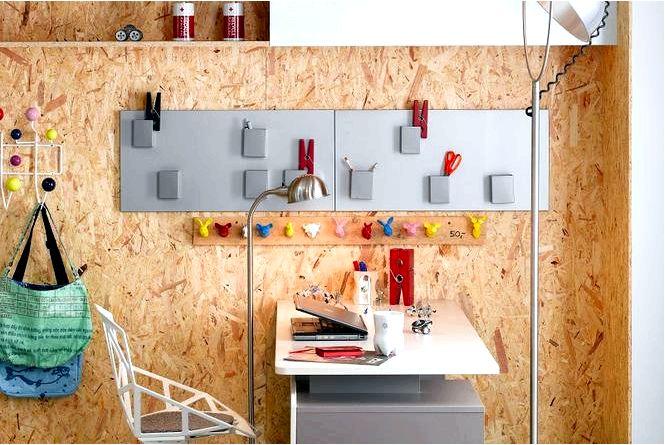 Стена над столом — оригинальная отделка стены в рабочем уголке