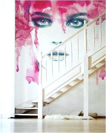 Стена у лестницы, обои и фотообои в качестве декора стен
