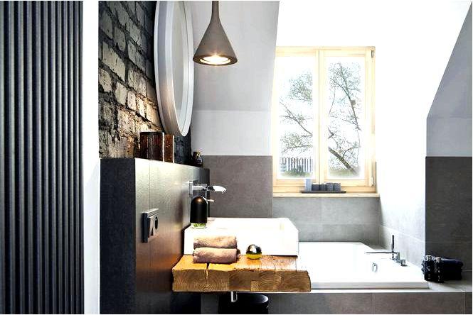 Черная стена в ванной, кирпич на стене и деревянная столешница в дизайне ванной комнаты на чердаке
