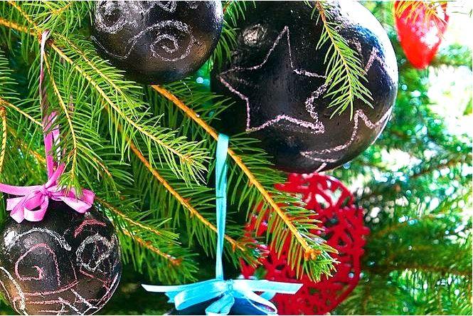 Идея черных безделушек для елочных игрушек своими руками краской для школьной доски