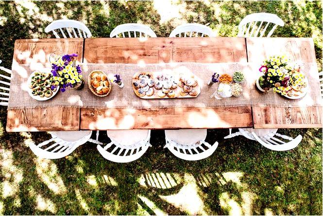 Украшение стола — красивый стол для вечеринки в саду или на террасе