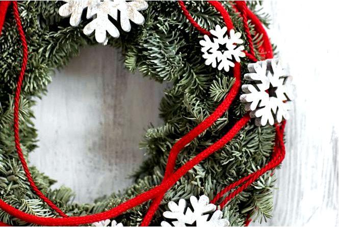 Новогодние украшения в эко-стиле с елочными украшениями на рождество