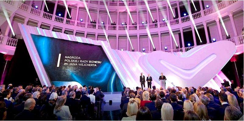 Домино благотворительности во время вручения премии польского совета
