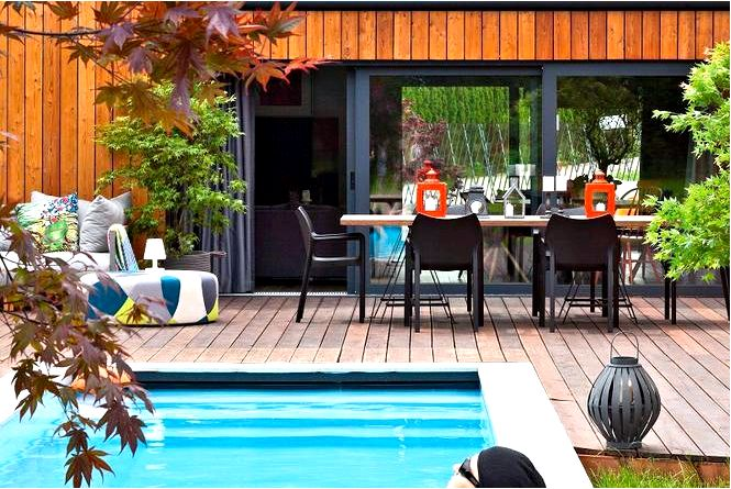 Деревянная терраса расположена красивая терраса с бассейном