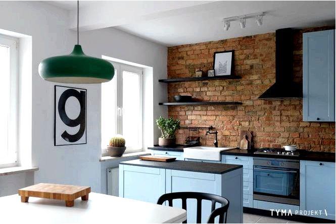 Эклектичный интерьер с красным кирпичом на стене кухни