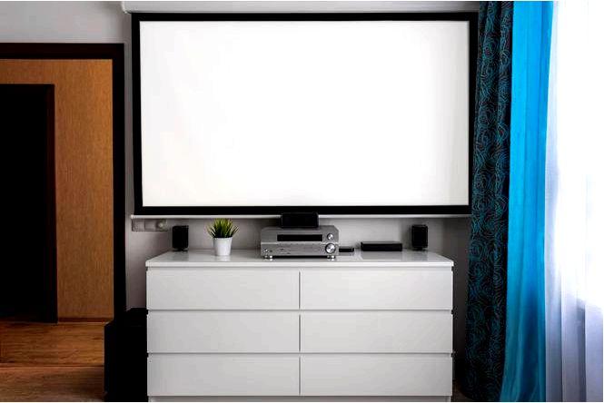 Проекционный экран или домашний кинотеатр