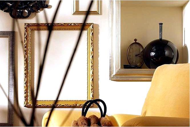 Для элегантной гостиной выбираем рамы для картин и люстру