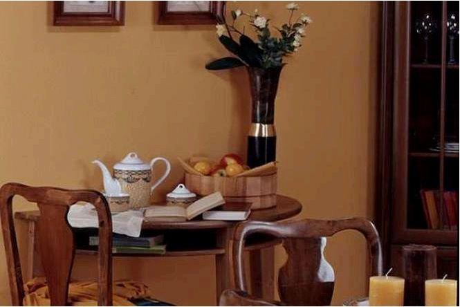 Столовая в классическом стиле с традиционным уютным интерьером